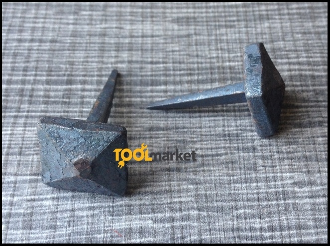 Borchia piramide in ferro